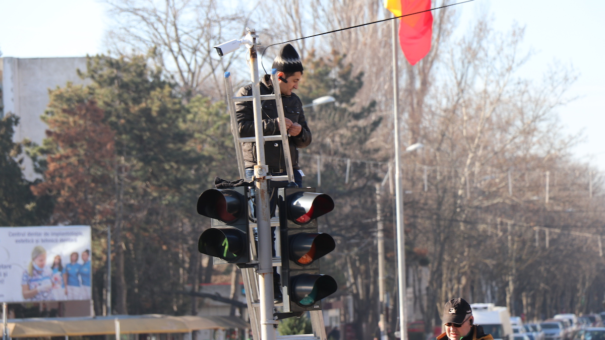 Semafor și camera de supraveghere în Slobozia. FOTO Adrian Boioglu