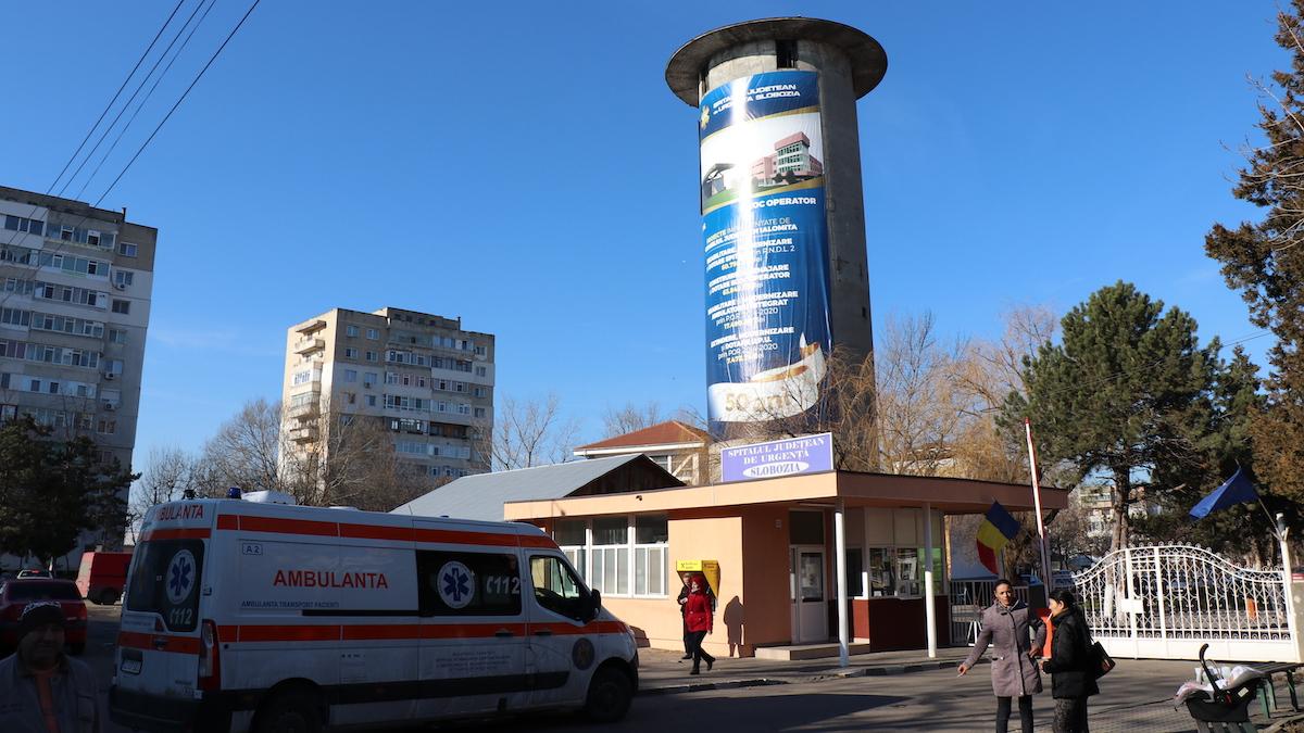 O ambulanță aduce un pacient la Spitalul Județean de Urgență Slobozia, Ialomița. FOTO Adrian Boioglu