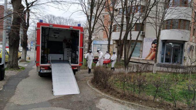 Pacient infectat cu coronavirus, transportat cu izoleta. FOTO Cătălin Schipor