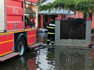Pompierii au acționat toată noaptea pentru a scoate apa din casele locuitorilor din Slobozia: ISU Ialomița