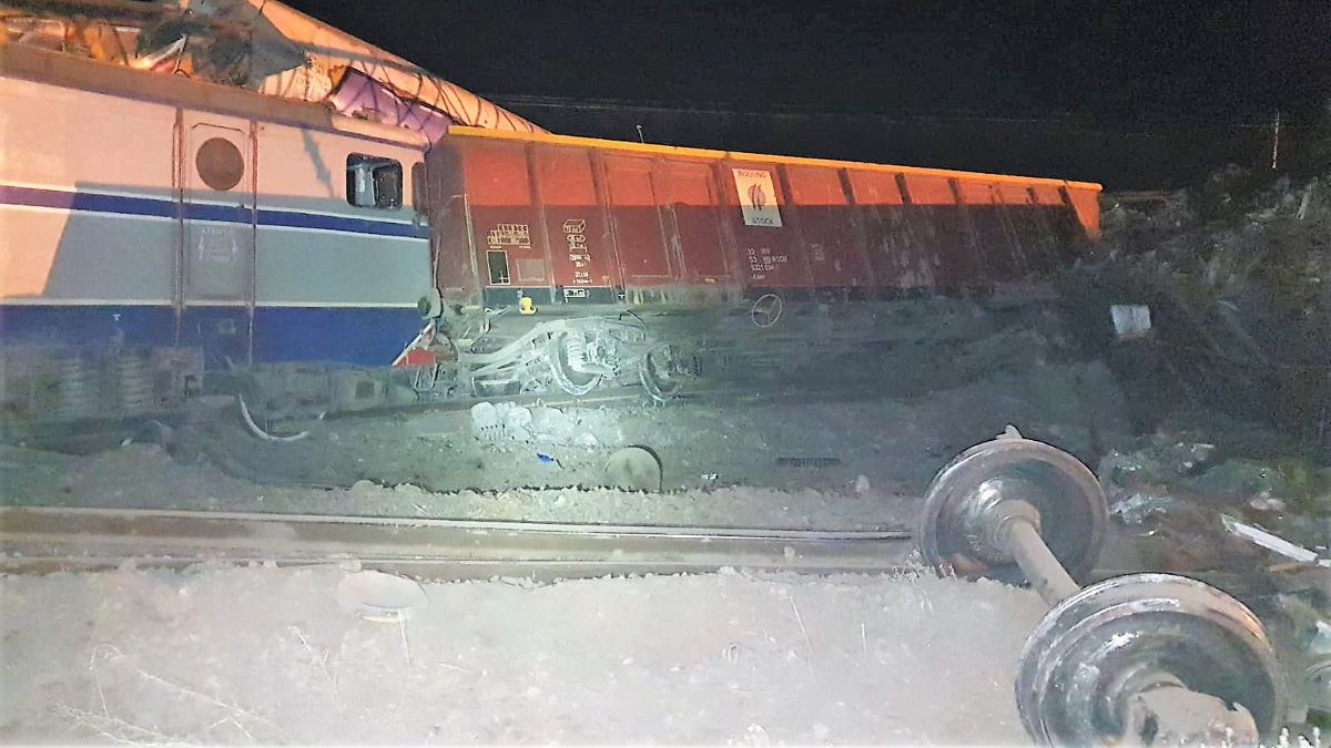 FOTO Grav incident feroviar în Gara Fetești. Două trenuri de marfă s-au ciocnit în noaptea de miercuri spre joi